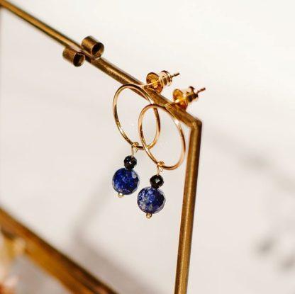 Kolczyki z kamieniami, modne kolczyki, kolczyki koła, granatowe kolczyki, biżuteria lapis lazuli