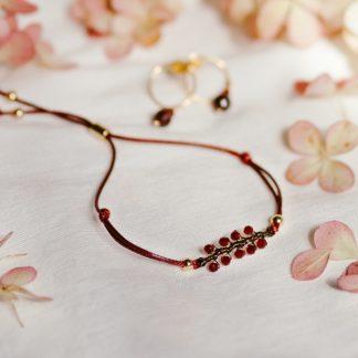 bransoletka na sznurku, bransoletka z kamieni naturalnych, kwarc czerwony, biżuteria dla druhen, biżuteria dla świadkowej, prezent dla mamy, minimalistyczna bransoletka, bransoletka gałązka, biżuteria roślinna